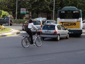 Una ciclista a punto de morir en la calzada....
